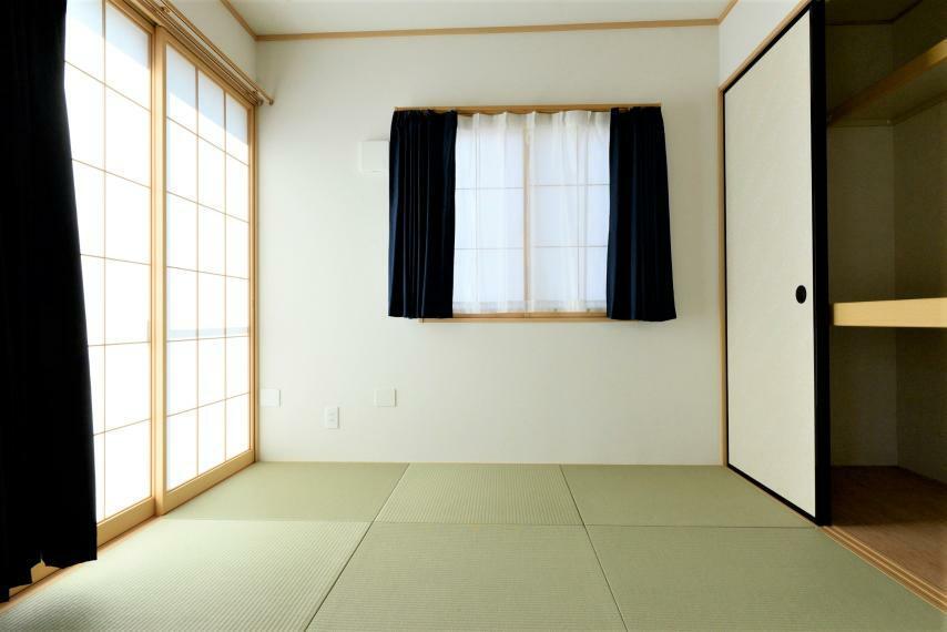 和室 和室。コンパクトな広さながら来客用のお布団などもすっきりしまえる押入完備です。
