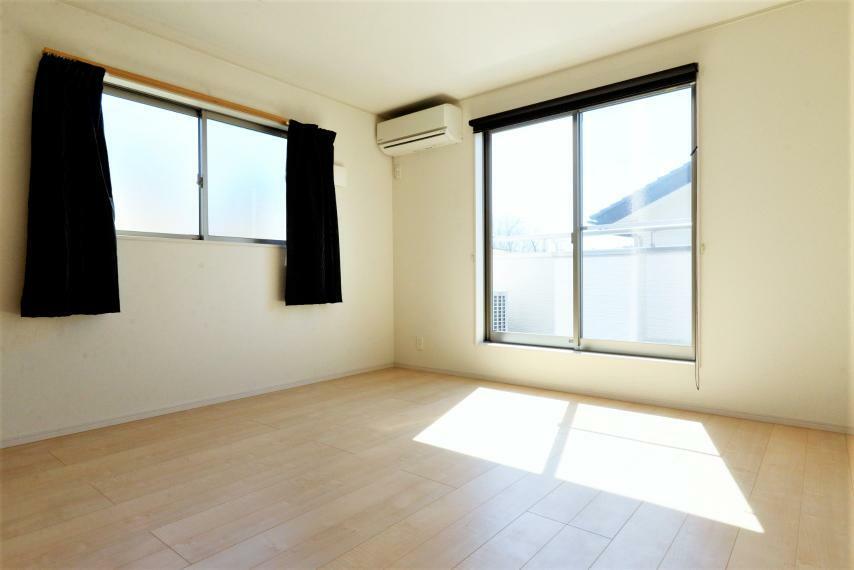 洋室 洋室。エアコン完備。大きな窓からは暖かな陽光が広がり、プライベートルームを快適にお使いいただけます。