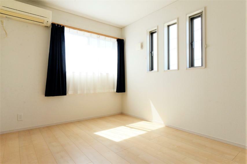 洋室 洋室。エアコン完備。日当たりや風通しがよく、お子様部屋としても快適に活用頂けます。