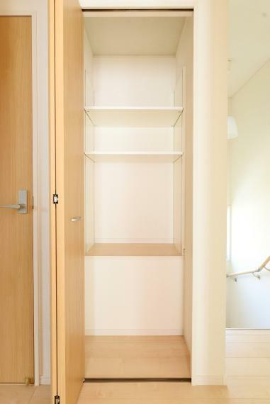 収納 2階の廊下に備えられたコンパクトなクローゼット。