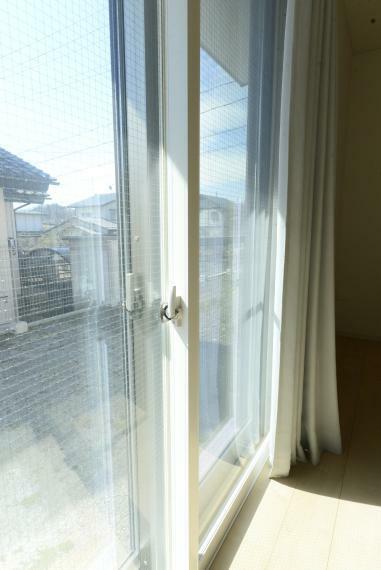 リビングダイニング リビングの窓は遮熱、断熱、結露防止や防音効果が高い二重サッシ仕様です。