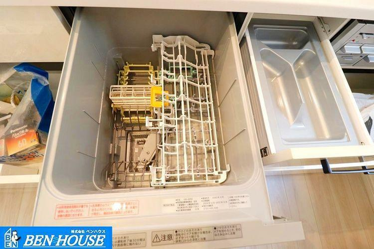 キッチン ビルトイン食洗機付きシステムキッチン ・手洗いよりも節水・節約が可能な食洗器付き。パワフルな洗いで汚れも綺麗に落とします。 ・お片付けの時間も短縮でき、食後のご家族とのお時間も増えますね