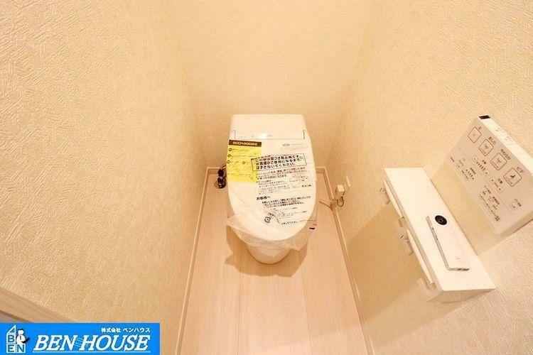 トイレ ・シャワー洗浄機能付のトイレは、清潔感が印象的な空間ですね。 ・1カ所はタンクレストイレでお手入れもしやすいですね。 ・リモコンは壁掛けタイプ ・いつでも現地へのご案内可能です