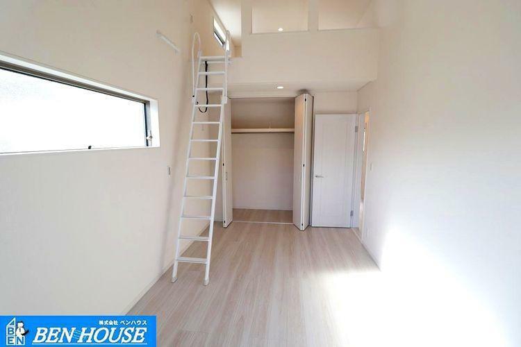 洋室 ロフトのある洋室 ・各居室収納完備+ロフトでスッキリ片付きますね ・収納豊富な居室は不必要な家具を置く必要がなく、広くお使いになれます。 ・お部屋の整理も楽々ですね。 ・是非 ご確認ください