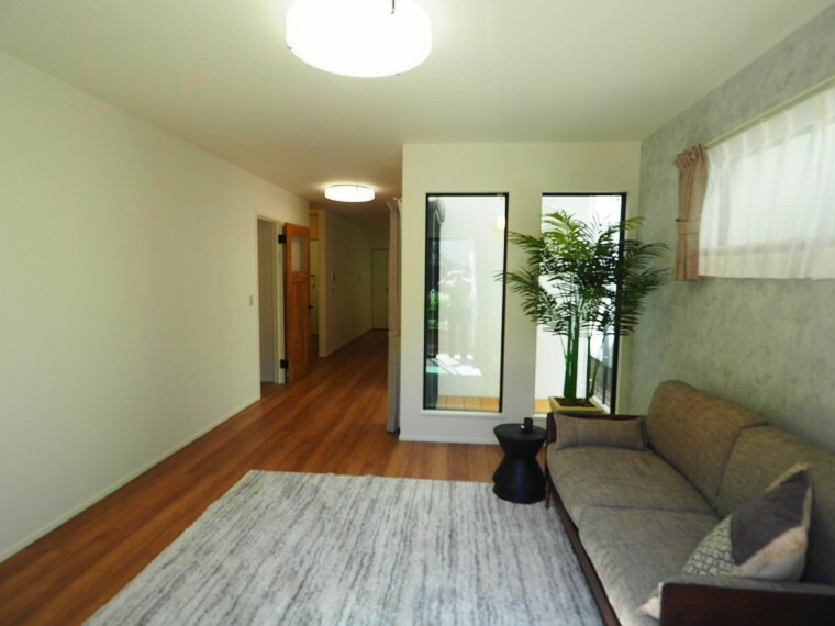 居間・リビング 21.6帖の広いリビングダイニング。優しい木目調のフローリングが魅力です。南側の窓からは、いつでもあたたかな陽光が差し込みます