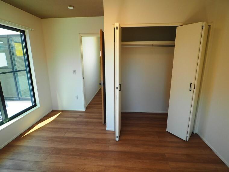 洋室 ご夫婦の寝室に最適な7帖の洋室です。 家事やお仕事にお疲れなパパ・ママがゆっくり過ごせる空間です。