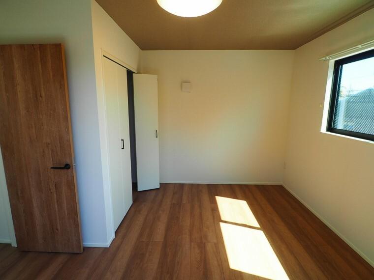 洋室 充分な広さの収納を備え、採光良好な洋室は、快適空間。プライベートの時間もゆったりお寛ぎ頂けそうです。