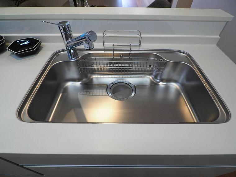 キッチン シンクにはシャワーヘッドが着いていて大きい鍋やシンク掃除もらくらく