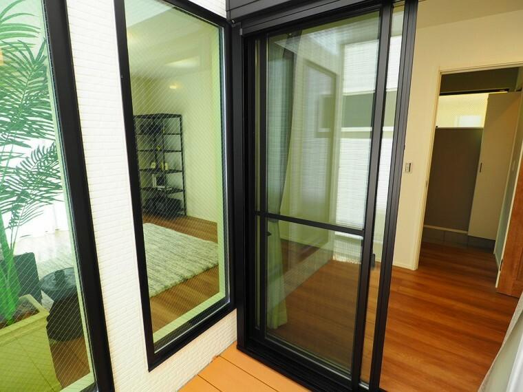 居間・リビング 大きな窓であかるい室内です