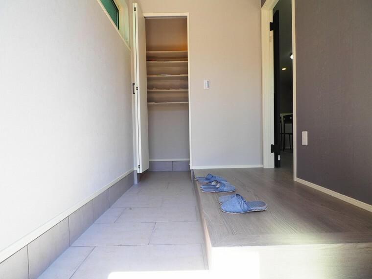 玄関 玄関から靴のまま出入りのできるシューズクローゼットは靴だけでなくレジャー用品やベビーカーの出し入れも楽々