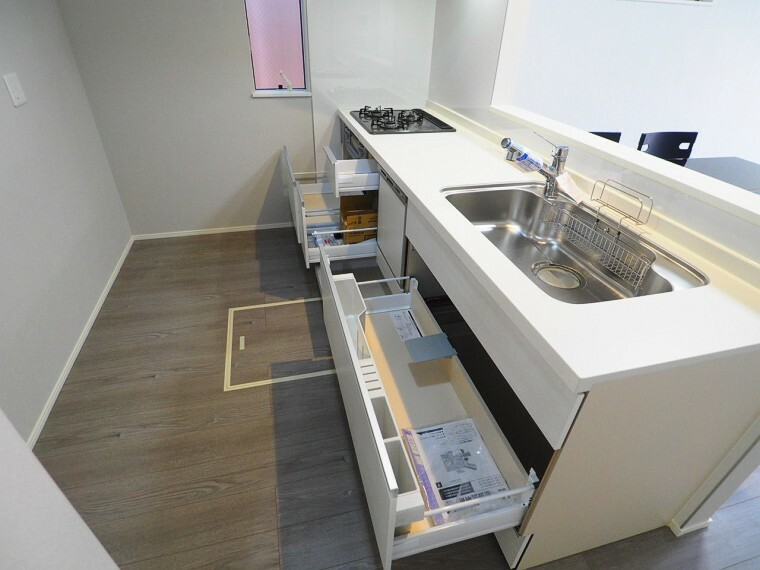 キッチン 機能性やデザイン性にも優れた、使い心地の良いキッチンを採用。汚れがつきにくくお手入れも簡単なので、キッチンワークもスムーズです。