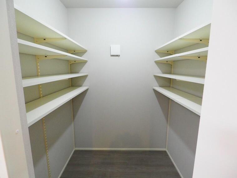 収納 食品の貯蔵や調理器具の保管に便利なパントリー!