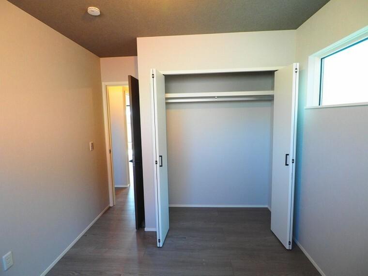 洋室 全室収納付き!家族みんなの荷物が片付きます。棚や収納ケースなどを組み合わせることで、使い方が広がりますね。物が多くてもスッキリ片付きそうです。