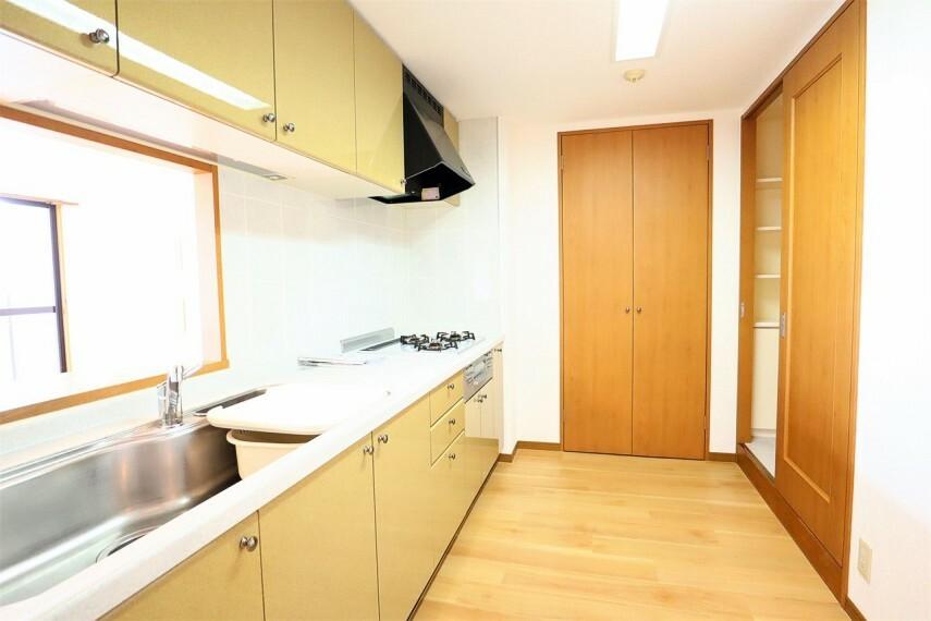 キッチン キッチン パントリー付きでしっかり収納できます 洗面室と行き来できる家事動線のいい間取です