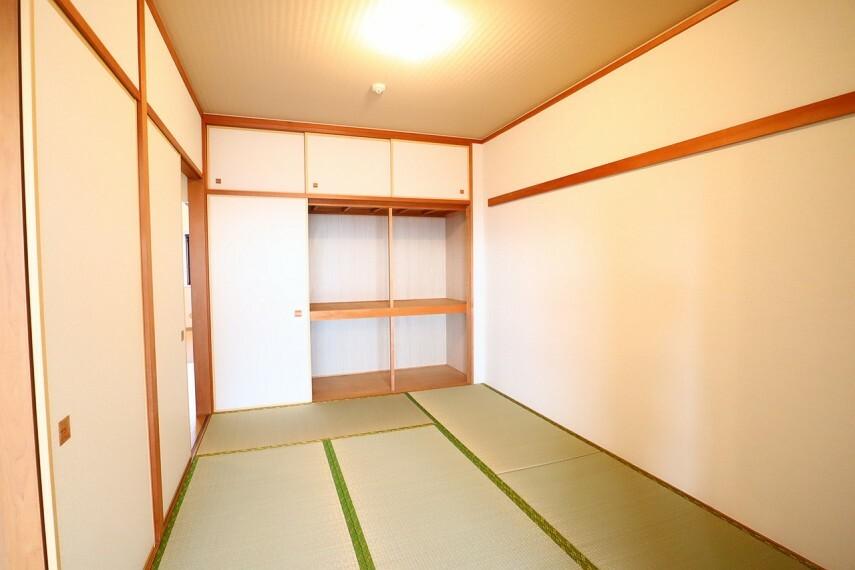 和室 和室 畳と襖交換済みの綺麗な和室です キッズスペースとしても便利です 2WAYのため来客時の客間としてもご活用できます。