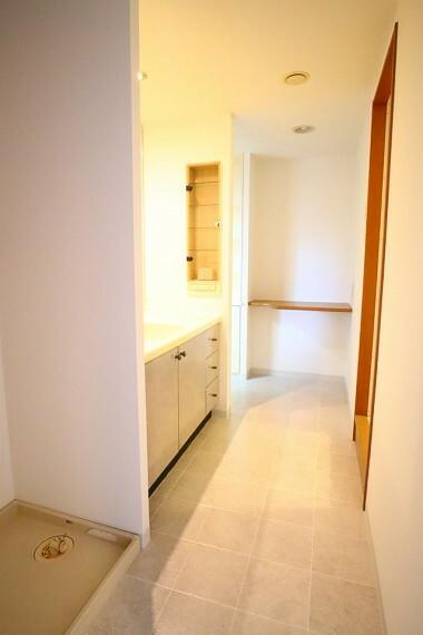 洗面化粧台 洗面室 奥に収納棚、カウンター付きで散らかりがちな洗面室もスッキリまとまりますね 玄関廊下とキッチンからの2WAYで家事動線良好です!