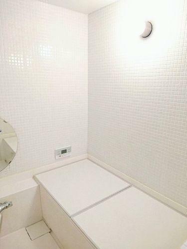 浴室 一日の疲れを癒す空間であるバスルームは『白』を基調にしたデザインで清潔感を感じます