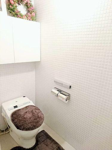 トイレ 洗浄付き便座が魅力的 毎日使用する場所だから、換気出来るよう、窓も完備。いつも清潔な空間であって頂けるように