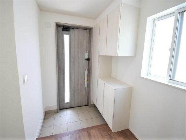 B号棟:玄関・・・シューズボックスは約60足収納可能。玄関ホールには収納もありコートなど掛けて置くのに便利にお使いいただけます。