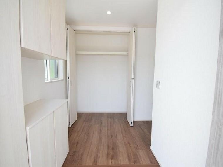B号棟:玄関ホール収納・・・玄関ホールには収納があります。出かけの際のコートやお掃除道具などの収納に便利ですね。