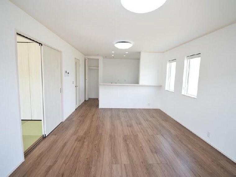 B号棟:リビング・・・15.5帖の明るく広々としたリビングは家具を置いてもゆとりのスペースが保てます。
