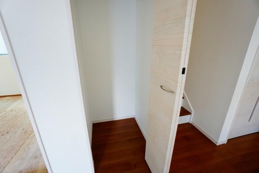 収納 リビング階段横には家の中をスッキリと快適に保てる収納が付いています。掃除道具などの収納に便利ですね^^