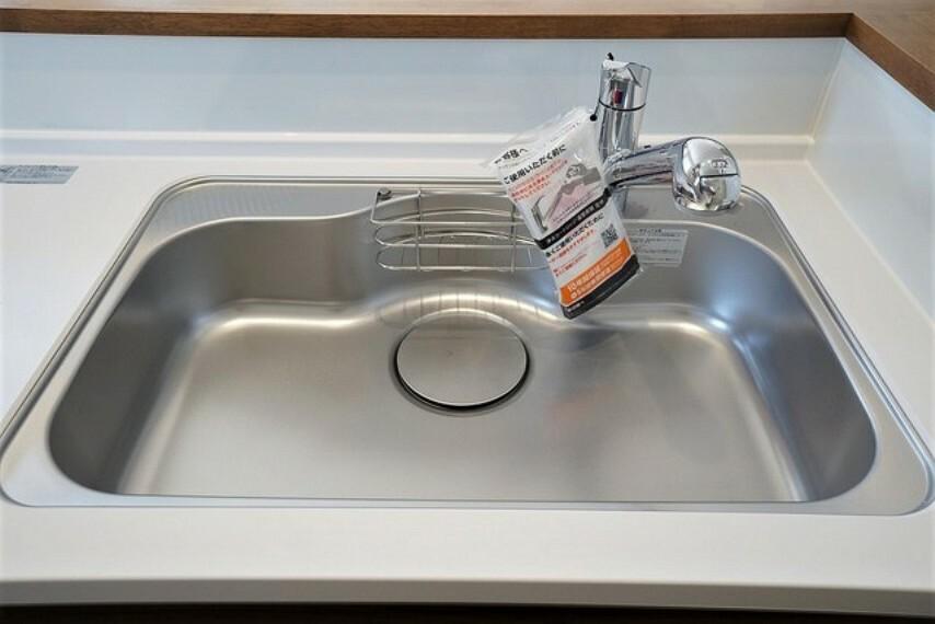キッチン 大きなお鍋も楽々洗える幅の広いシンクです^^ ステンレスシンクなので簡単にお掃除できますよ。