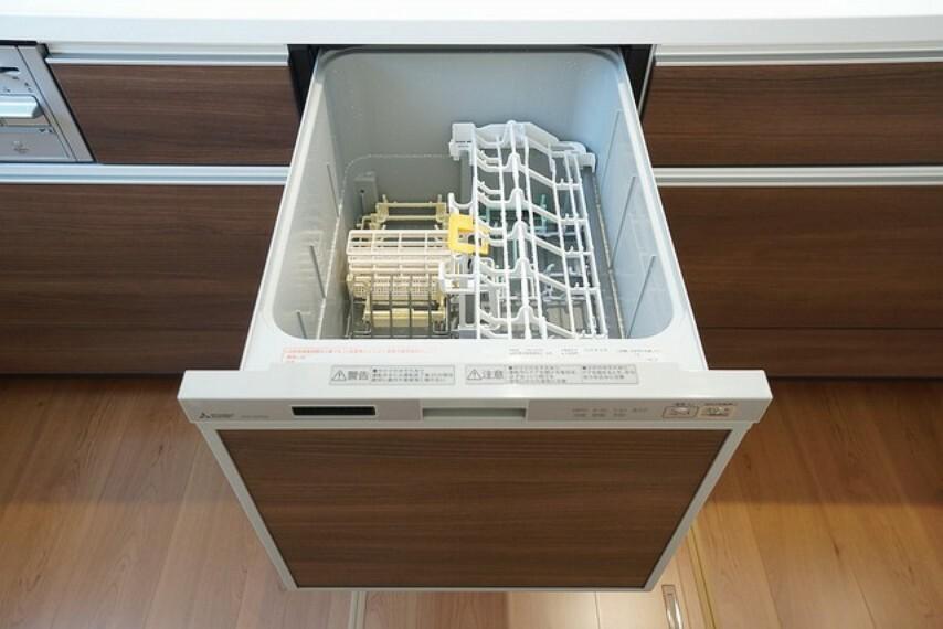 キッチン 家事の時間が短縮できる食器洗浄乾燥機付。後片付けもラクラクです。 食器を洗う手間が減るので家族とのコミュニケーションの時間や自分の時間が増えますね。