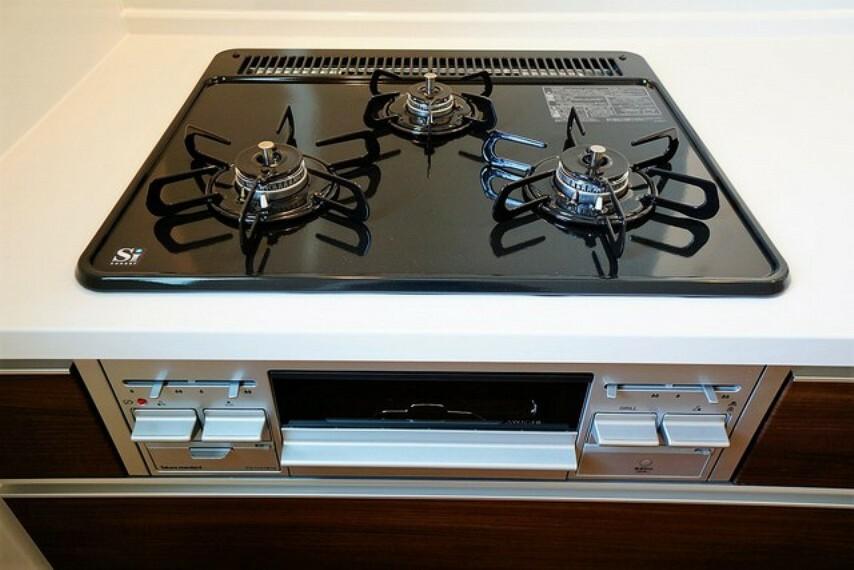 キッチン 3口コンロなので、効率よく調理ができます。毎日のお料理が楽しくなりますね。