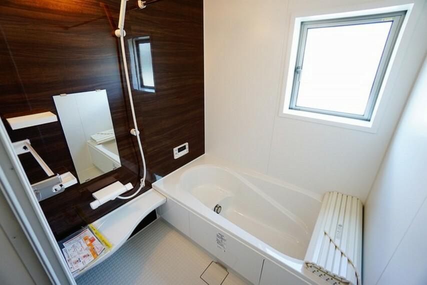 浴室 足を伸ばせる浴槽で毎日の疲れを癒してください。お子様と入っても十分ゆったりサイズです^^