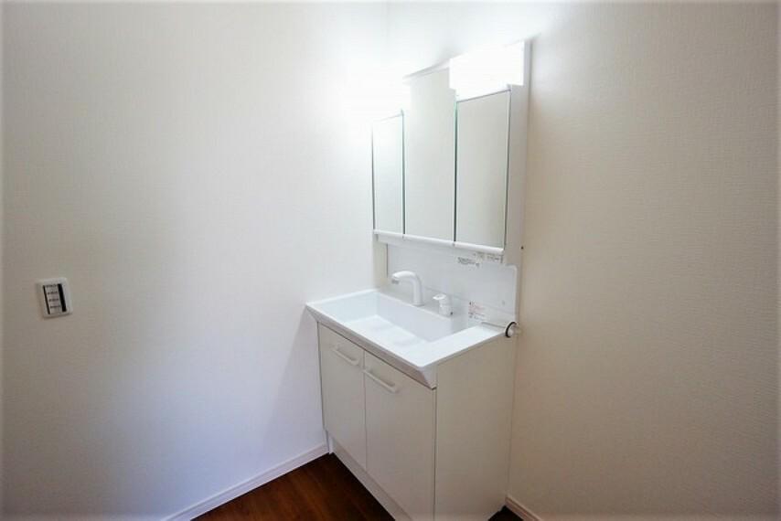洗面化粧台 収納が隠れて使いやすい、シャワー付き三面鏡洗面ドレッサーです。朝の準備もぬかりなくできます。