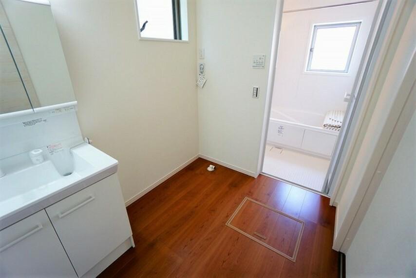 洗面台、洗濯機置き場、バスルームが連なっている、生活導線の考えられた作りになっています。脱衣スペースも広々と確保されていて嬉しいですね^^