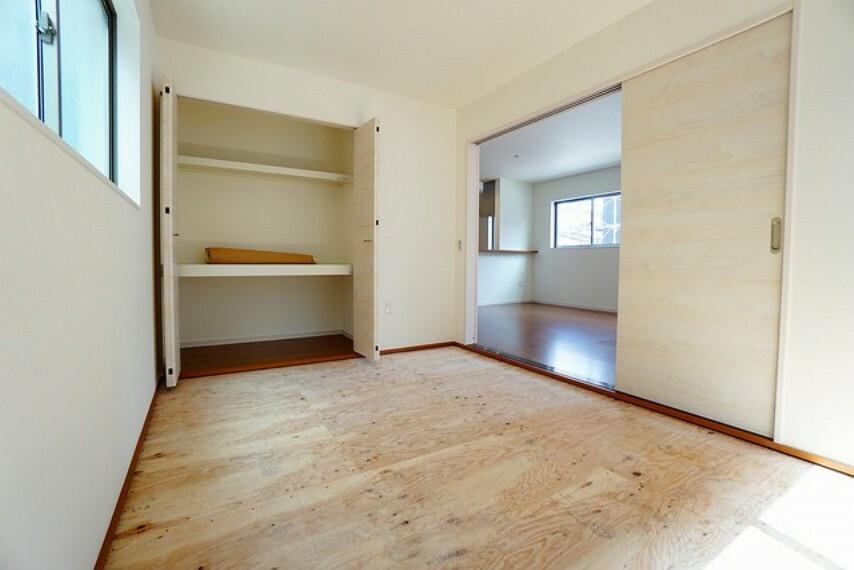 居間・リビング LDKに隣接する和室です。様々な使用用途で活躍しそうです^^
