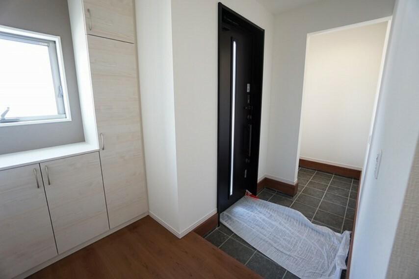 玄関 採光も考えられた明るい玄関です。自動で閉まるタッチキーとTVインターホンが装備されているので、セキュリティーも安心。