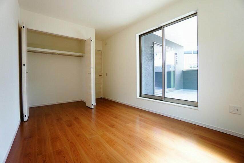 寝室 全居室に収納完備。下段を引き出し収納にするなど、空いたスペースを有効活用すれば収納力がグッと高まります。常に整理整頓されたお部屋は気持ちがいいです^^