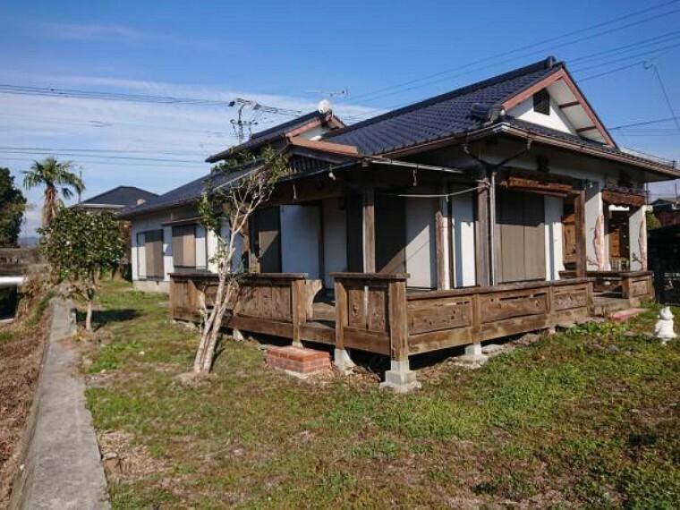 外観写真 川沿いに位置し、158坪の敷地面積のお家です。