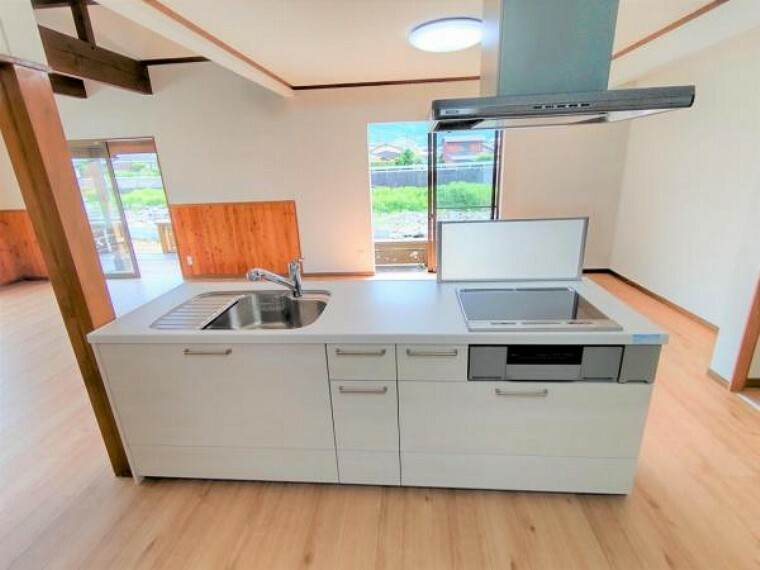キッチン 【リフォーム済】キッチンは永大産業製の新品に交換しました。天板は人造大理石製なので、熱に強く傷つきにくいため毎日のお手入れが簡単です。