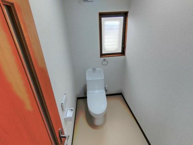 トイレ 【リフォーム済】トイレは気持ち良くお使い頂く為、TOTO製新品の便器・便座にしました。もちろん温水洗浄付き便座ですので、季節を問わず快適です。床・天井・壁クロス張り替えました。
