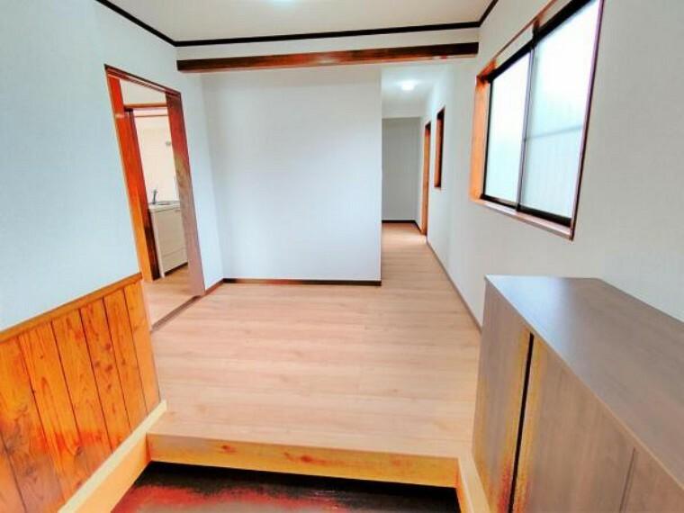 玄関 【リフォーム済】玄関ホールは新品のシューズボックス設置、フローリング上張り、クロス貼り替え、照明交換しました。お客様を迎える玄関は、明るくスッキリとした印象にかわりました。