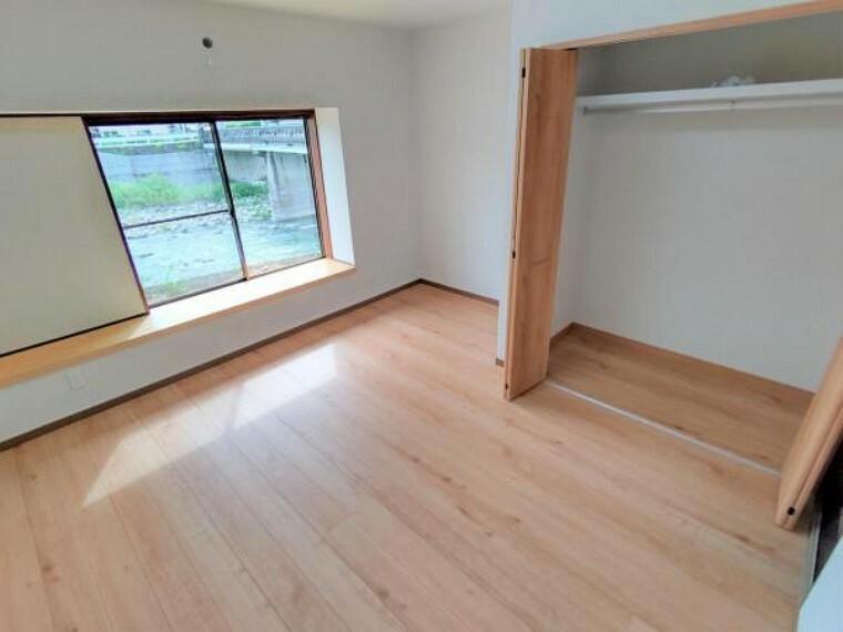 【リフォーム済】リビング横の洋室です。床はフローリング張り、壁・天井はクロス張りを行いました。全てのフローリングの床材は住友林業クレスト製のものを使用しています。
