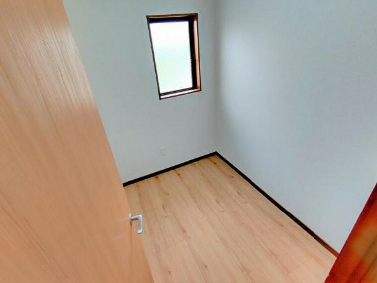収納 【リフォーム済】サービスルームです。床はフローリング張り、壁・天井はクロス張りを行いました。ワークスペースとしても活用できます。