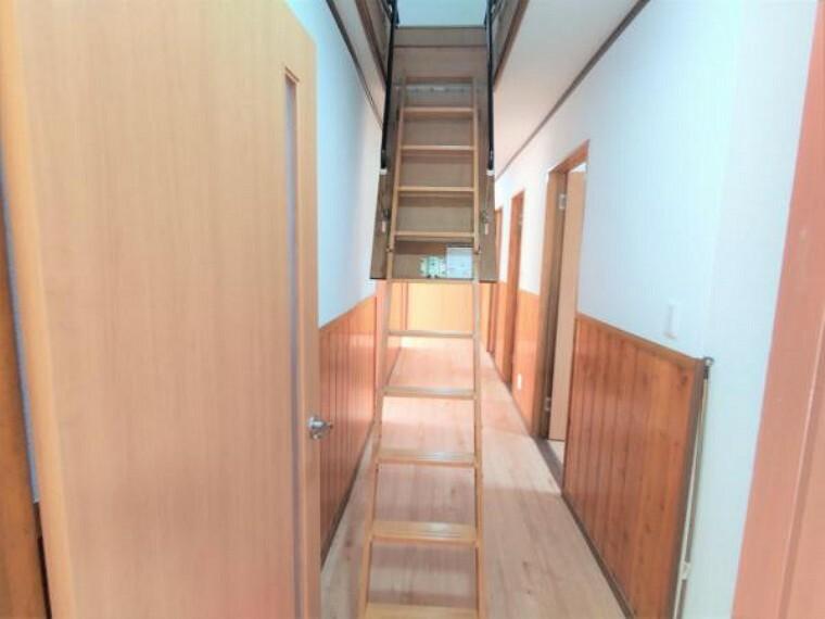 【リフォーム済】屋根裏部屋へとつながる階段です。普段は天井に収納できるようになっています。廊下の壁・天井はクロスを張替えています。