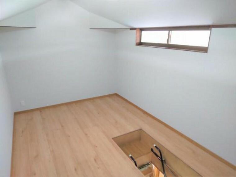 収納 【リフォーム済】屋根裏部屋です。普段使わない荷物の収納にはピッタリです。壁・天井のクロスは張り替えて明るいお部屋に生まれ変わりました。お子様部屋などにもいかがでしょうか。