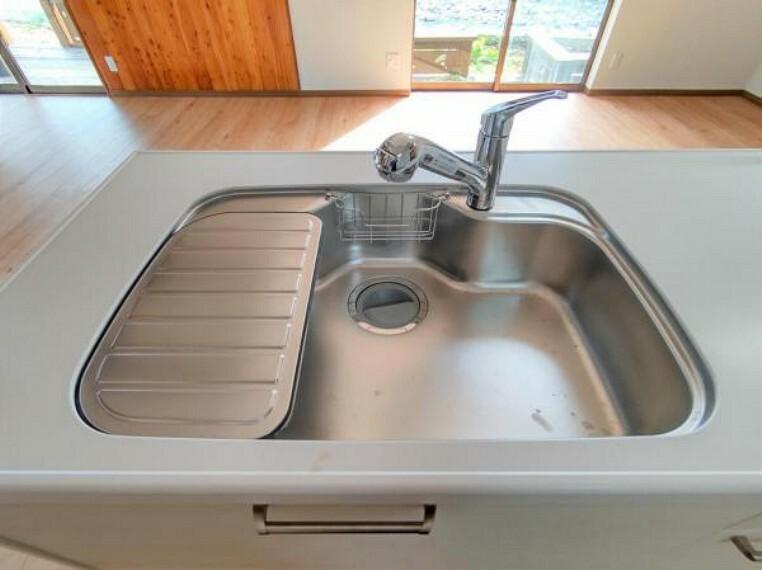 キッチン 【シンク】新品キッチンのシンクはサビにくく熱に強いステンレス製です。水はねの音を抑える静音設計で、従来よりもさらに水音が静かになっています。