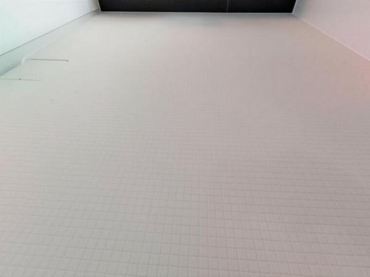 浴室 【ユニットバス】新品ユニットバスの床は規則正しいパターンの加工がされていて滑りにくくなっています。また、水はけがよく乾きやすいので、翌朝にはカラッと乾きます。