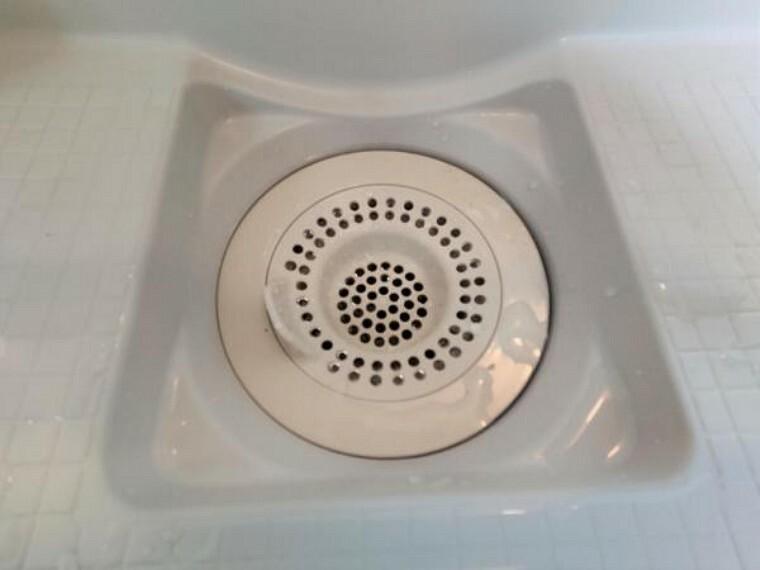浴室 【排水口】新品ユニットバスの排水口は、流れる水の力だけで髪の毛をキレイにまとめてくれるので、簡単に捨てられるのでお掃除がラクにできます。