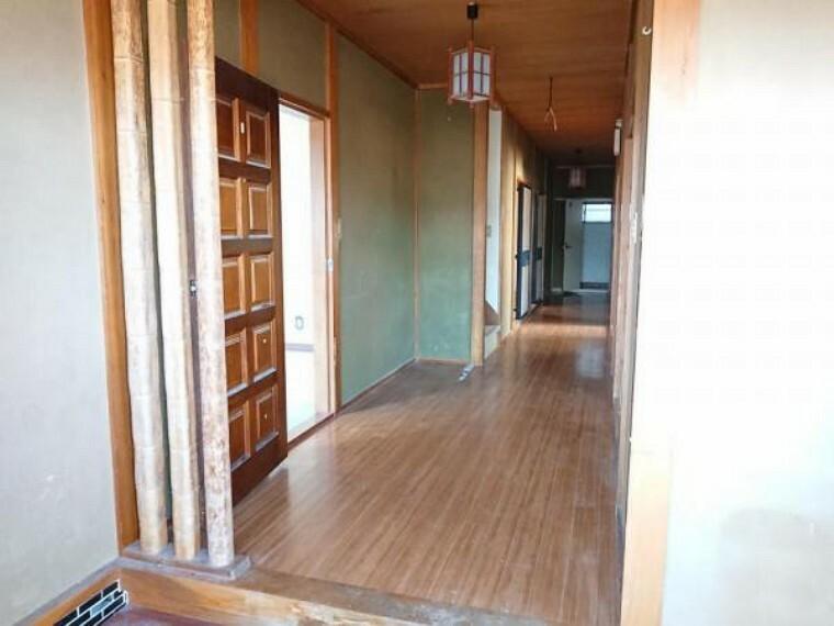 玄関 【リフォーム前】玄関内のホールです。玄関内に収納スペースを造り、シューズボックスを新設します。廊下には全面フローリングを重ね張りし新築のような雰囲気にしていく計画です。