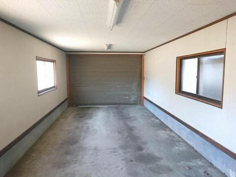 駐車場 【車庫】住宅の西側にある車庫内部の写真です。正面に見えるのは電動式のシャッターです。