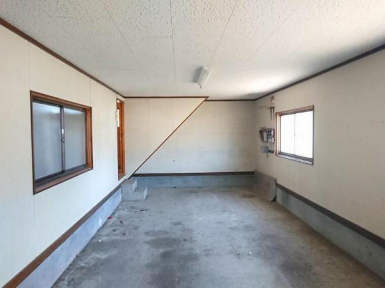 駐車場 【車庫】住宅の西側にある車庫内部の写真です。奥の左手側から室内に入ることが出来ます。