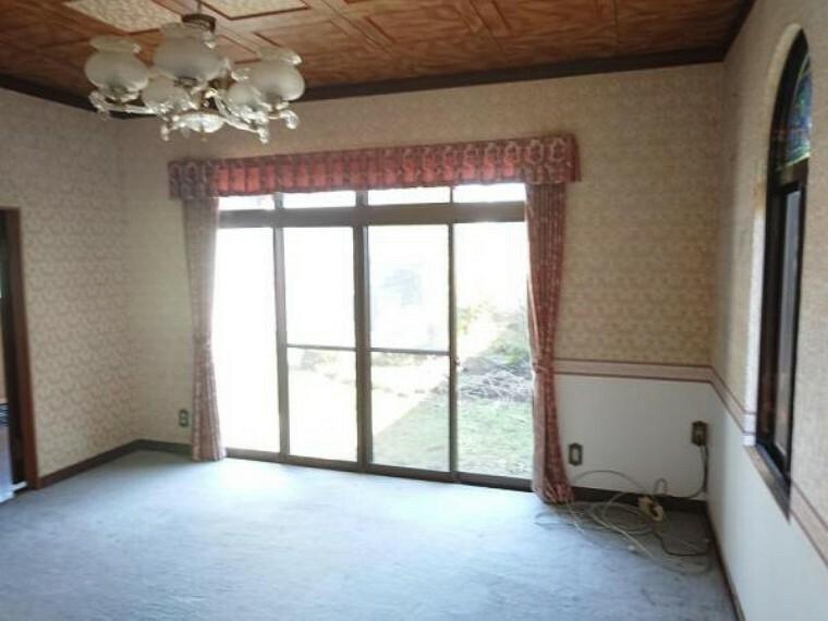 洋室 玄関脇にある約9畳の洋室です。床はフローリングを重ね張りし、壁のクロスは張り替えます。照明器具もLEDのシーリングライトに交換します。